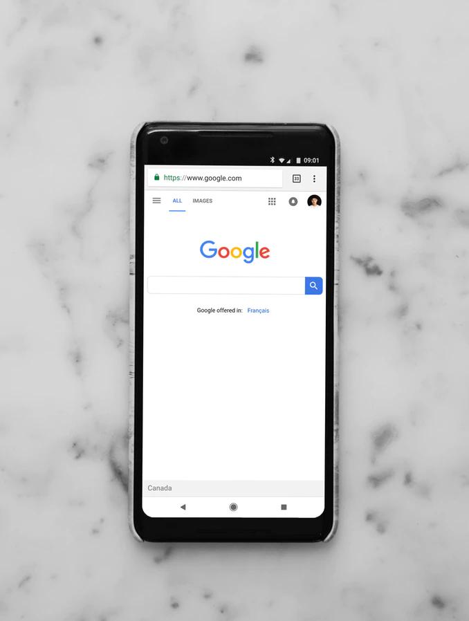 Pametni telefon, ki prikazuje mobilno iskanje